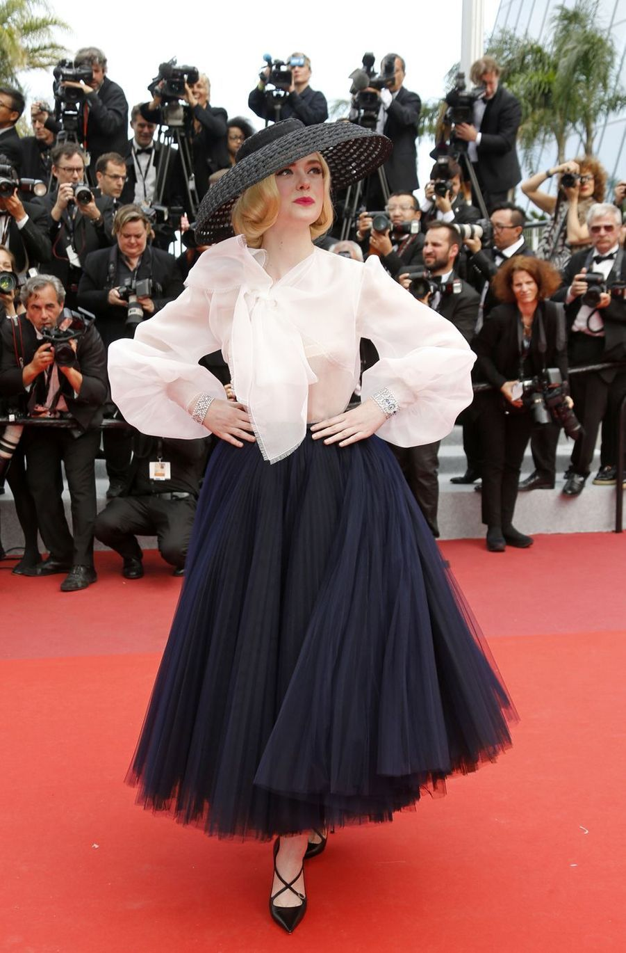 Elle Fanning (en Dior) lors de la montée des marches du film «Once Upon A Time In Hollywood» à Cannes le 21 mai 2019
