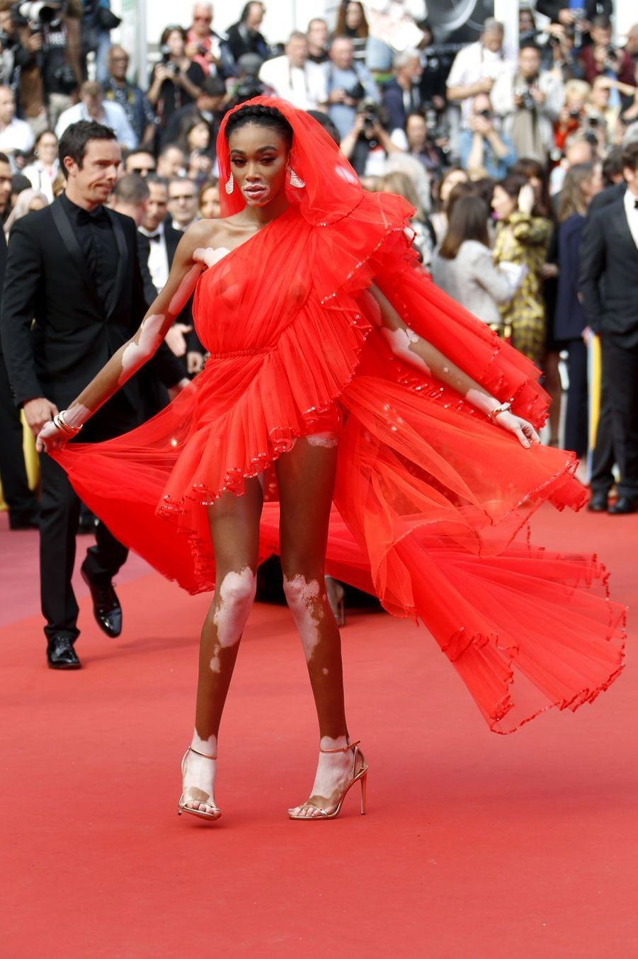 Winnie Harlow (bijoux de Grisogono) lors de la montée des marches du film «Once Upon A Time In Hollywood» à Cannes le 21 mai 2019