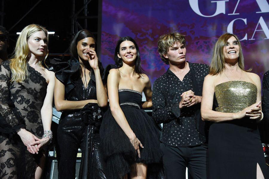 Elsa Hosk, Cindy Bruna, Kendall Jenner, Jordan Barrett et Carine Roitfeldlors duGala de l'amFAR à Cannes, le 23 mai 2019