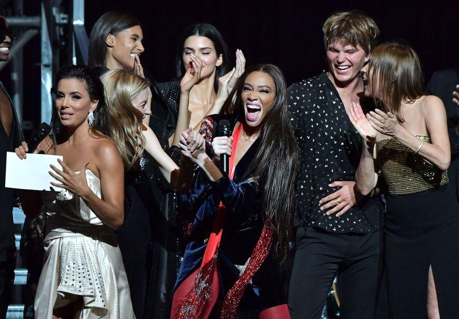 Madison Headrick, Winnie Harlow, Martha Hunt, Jordan Barrett, Carine Roitfeld et Eva Longorialors duGala de l'amFAR à Cannes, le 23 mai 2019