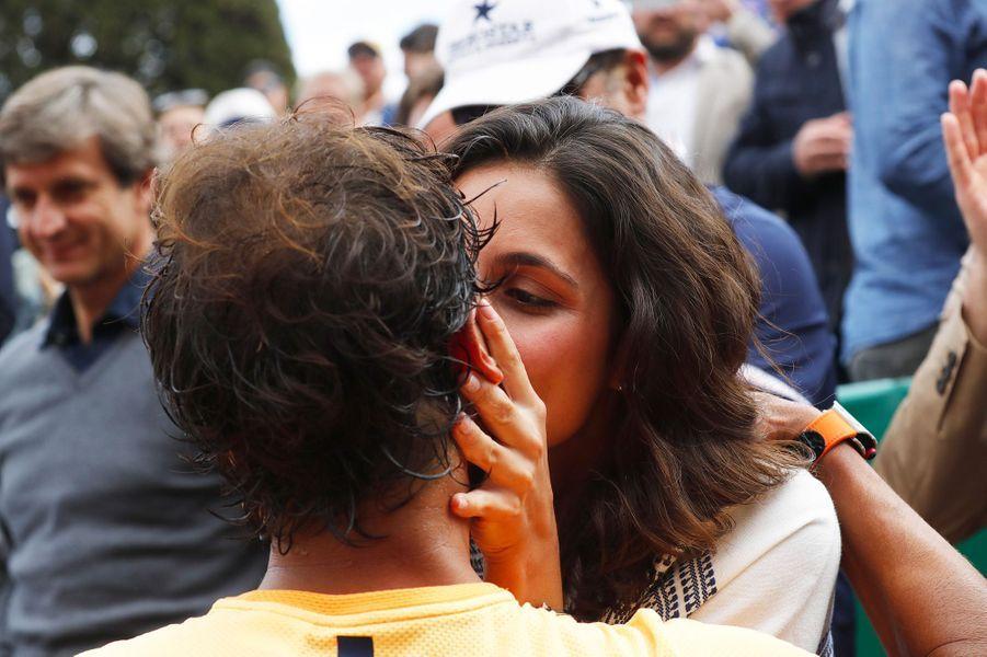 Xisca Perello embrasse Rafael Nadal pour sa victoire au Monte Carlo Rolex Masters en avril 2016