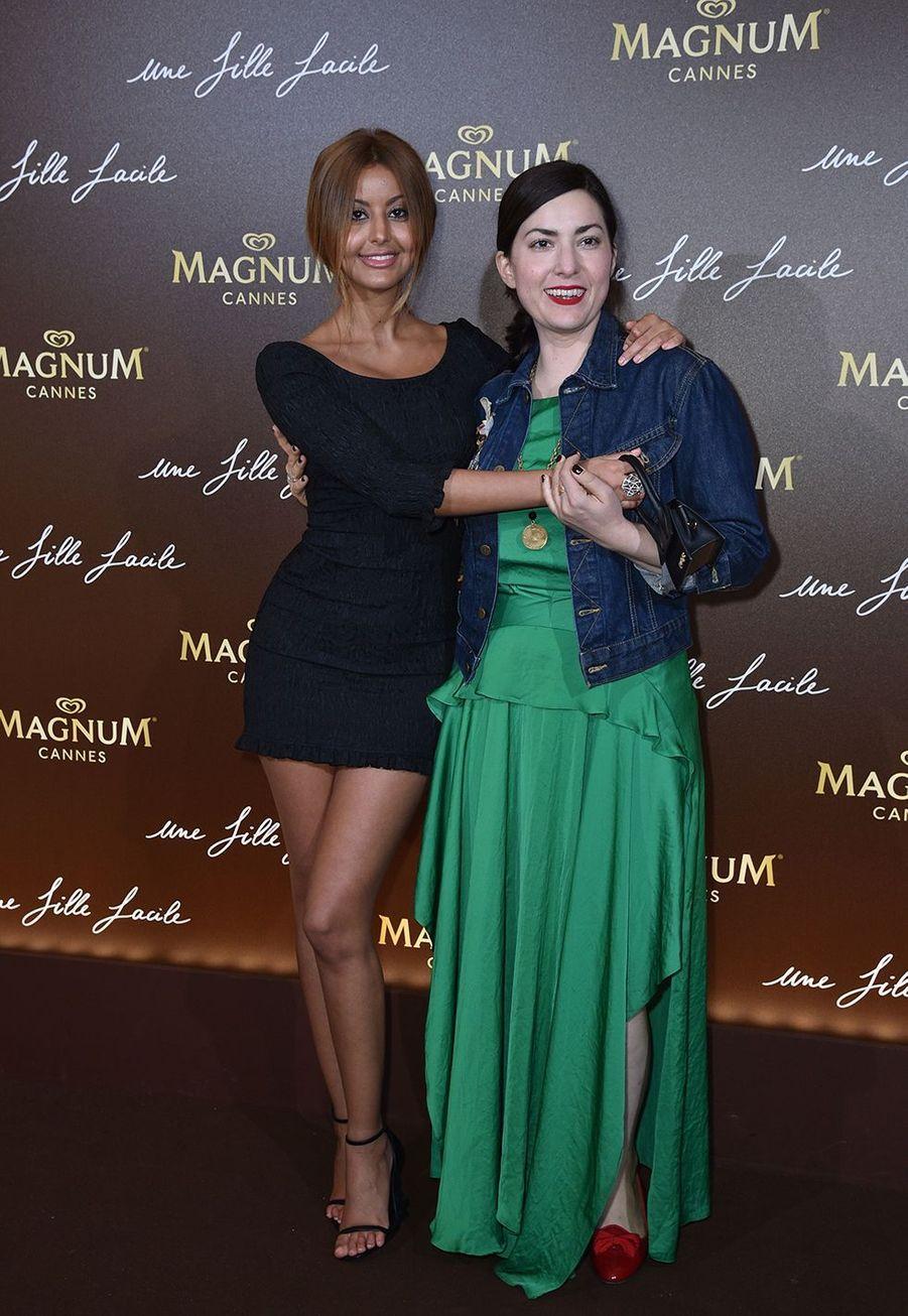 Zahia Dehar et Rebecca Zlotowskià la soirée du film «Une fille facile» sur la plage Magnum lors du 72e Festival de Cannes le 20 mai 2019