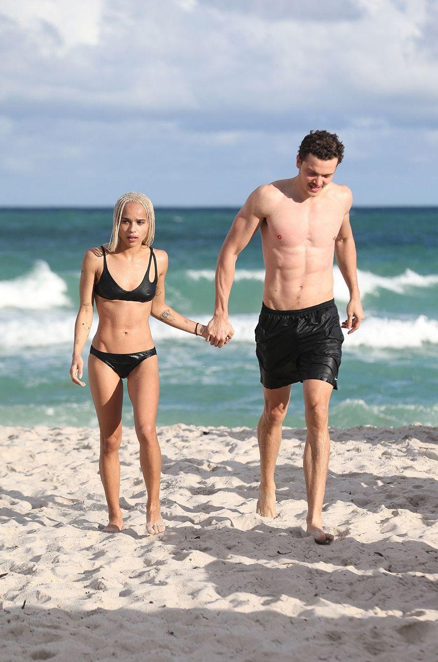 Zoë Kravitz et Karl Glusman sur une plage de Miami en décembre 2016