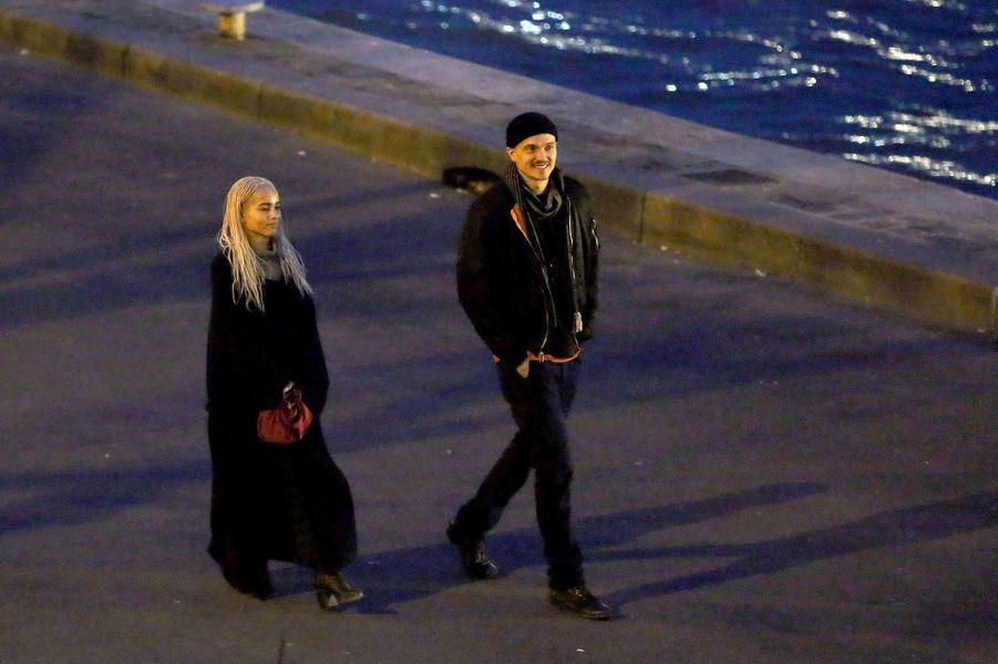 Zoë Kravitz et Karl Glusman en promenade à Paris en mars 2017