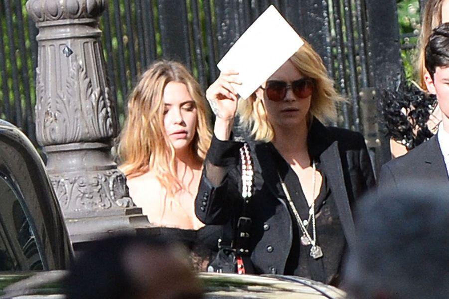 Ashley Benson et Cara Delevingnese rendentau mariage de Zoë Kravitz et Karl Glusman organisé à l'hôtel particulier de Lenny Kravitz à Paris le 29 juin 2019