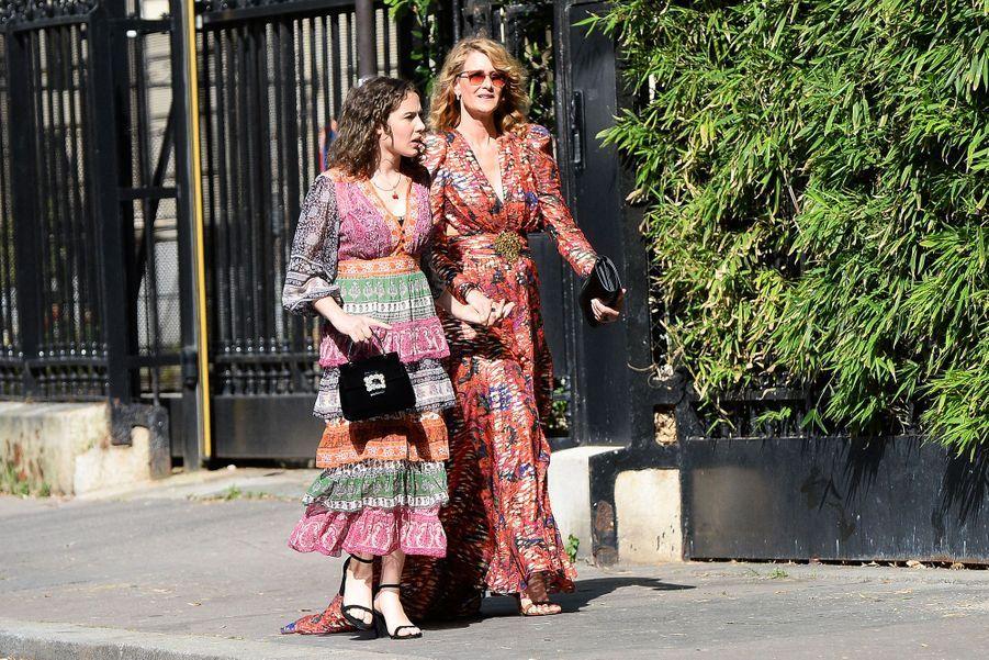 Laura Dern et sa fille se rendent au mariage de Zoë Kravitz et Karl Glusman organisé à l'hôtel particulier de Lenny Kravitz à Paris le 29 juin 2019