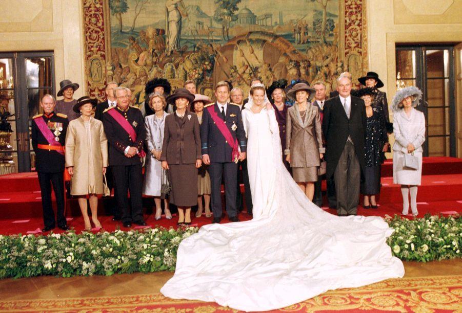 Mathilde d'Udekem d'Acoz et le prince Philippe de Belgique, à Bruxelles le 4 décembre 1999, jour de leur mariage, avec leurs familles