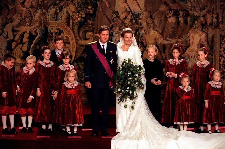 Mathilde d'Udekem d'Acoz et le prince Philippe de Belgique, à Bruxelles le 4 décembre 1999, jour de leur mariage, avec leurs enfants d'honneur