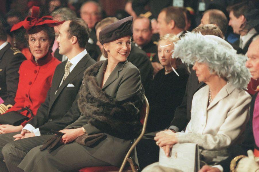 La princesse Astrid de Belgique entre son mari le prince Lorenz et sa tante l'ex-reine des Belges Paola, à Bruxelles le 4 décembre 1999