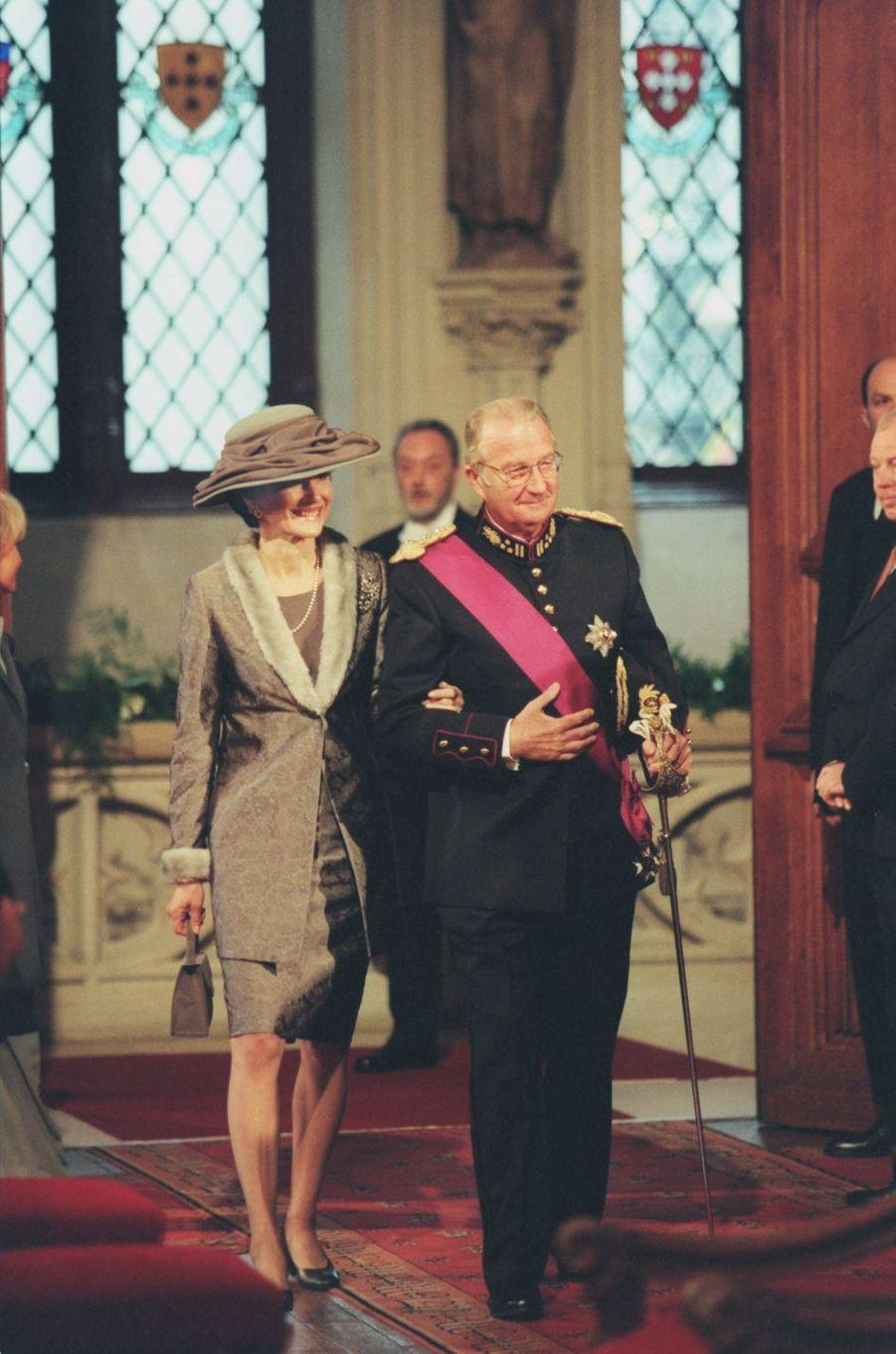 Le roi des Belges Albert II et la mère de Mathilde, à Bruxelles le 4 décembre 1999