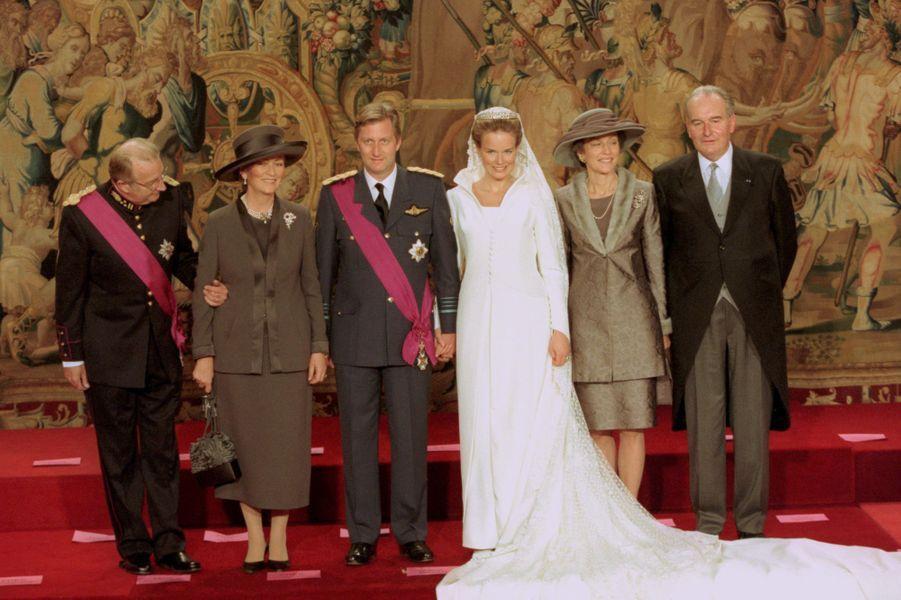 Mathilde d'Udekem d'Acoz et le prince Philippe de Belgique avec leurs parents, à Bruxelles le 4 décembre 1999, jour de leur mariage