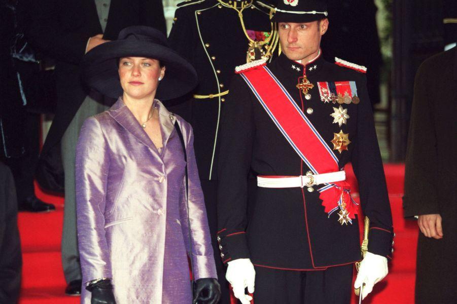 Le prince Haakon de Norvège avec sa soeur la princesse Märtha Louise, à Bruxelles le 4 décembre 1999