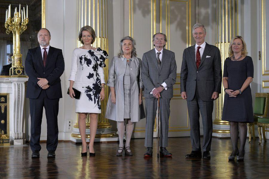La reine Mathilde et le roi Philippe de Belgique avec Remco Campert et sa femme à Bruxelles, le 8 octobre 2015