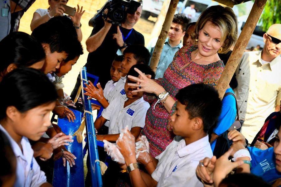 La reine Mathilde de Belgique avec des écoliers au Laos, le 22 février 2017