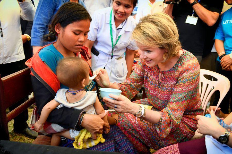 La reine Mathilde de Belgique assiste à un dépistage de malnutrition au Laos, le 22 février 2017