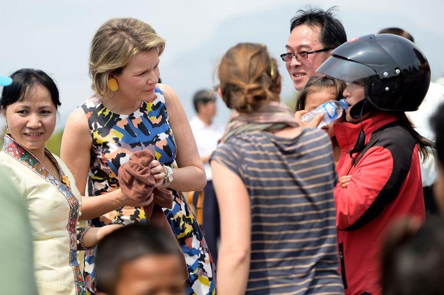 La reine Mathilde de Belgique s'occupe de blessés légers au Laos, le 23 février 2017