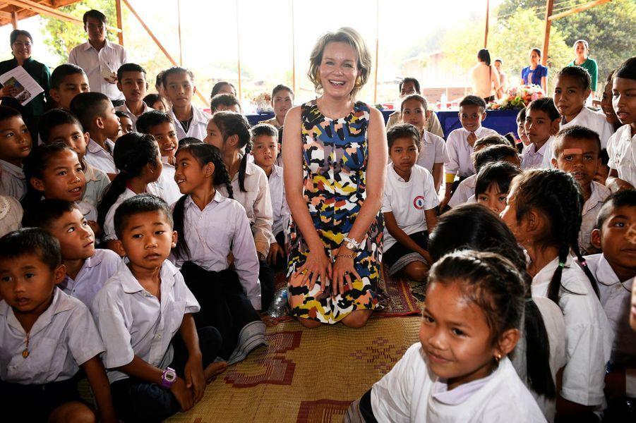 La reine Mathilde de Belgique avec des écoliers au Laos, le 23 février 2017