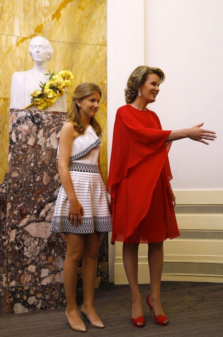 La princesse Elisabeth, dans une robe Maje, et la reine Mathildede Belgique à Bruxelles, le 3 juin 2017