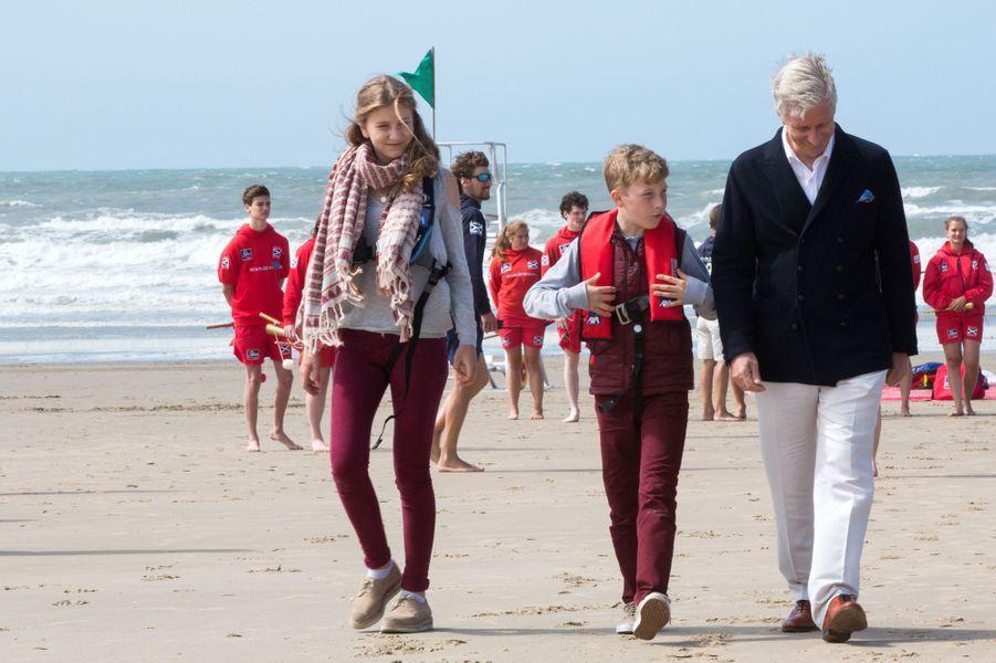 La princesse Elisabeth, le prince Emmanuel et le roi Philippe de Belgique sur la plage de Middelkerke, le 1er juillet 2017