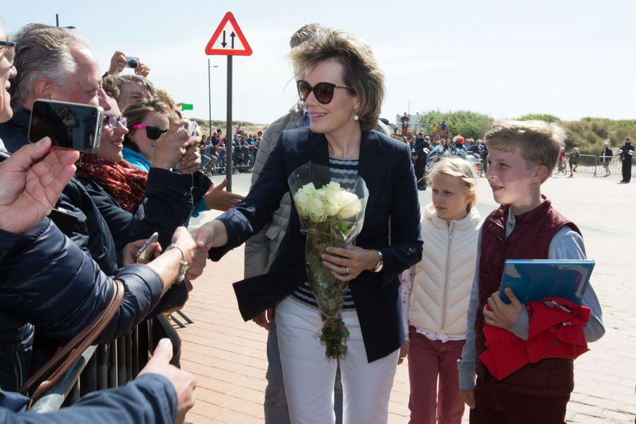 La reine Mathilde de Belgique avec le prince Emmanuel et la princesse Eléonore sur la plage de Middelkerke, le 1er juillet 2017