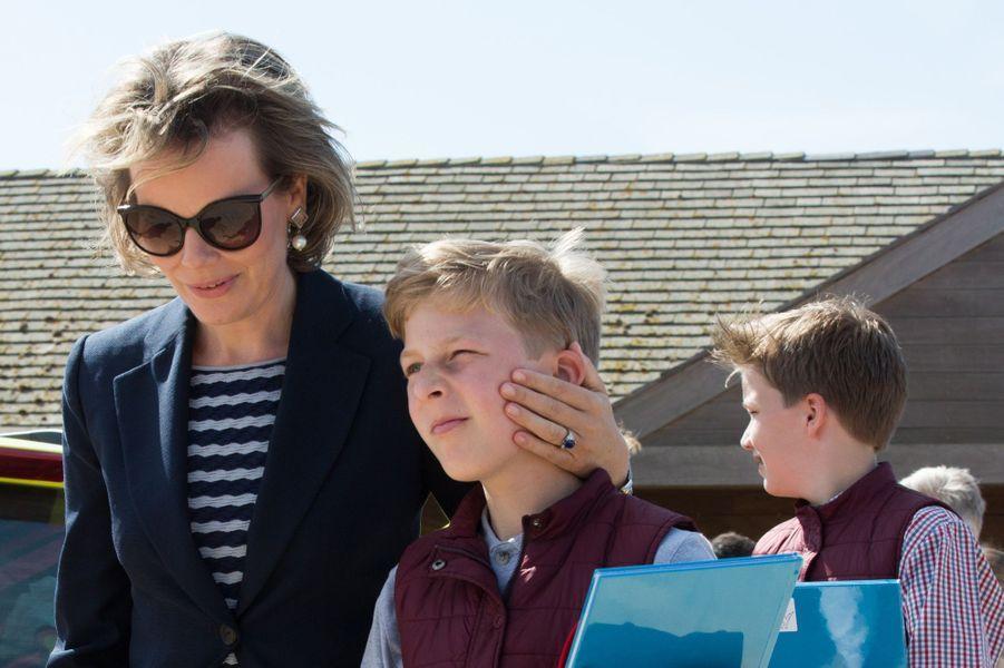 La reine Mathilde de Belgique avec ses deux fils sur la plage de Middelkerke, le 1er juillet 2017