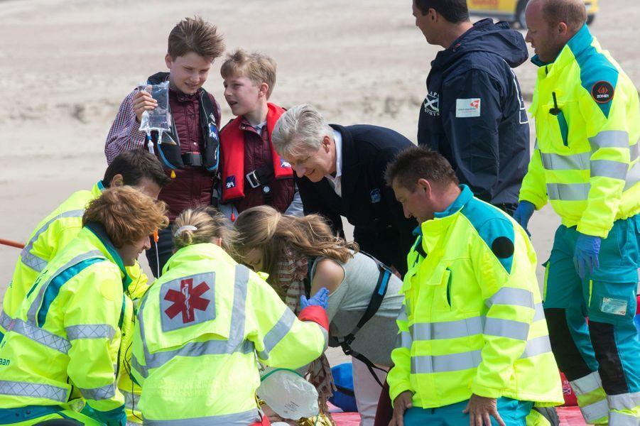 La princesse Elisabeth, les princes Gabriel et Emmanuel, et le roi Philippe de Belgique sur la plage de Middelkerke, le 1er juillet 2017