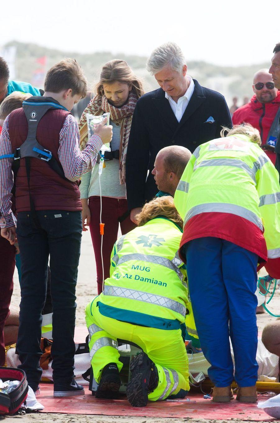 La princesse Elisabeth, le princes Gabriel et le roi Philippe de Belgique sur la plage de Middelkerke, le 1er juillet 2017