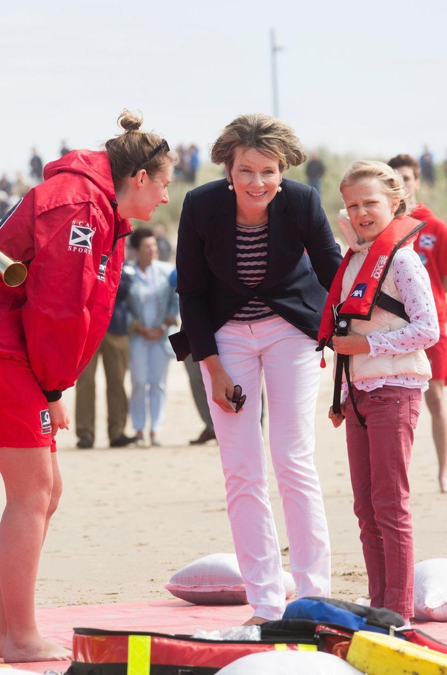 La reine Mathilde de Belgique et la princesse Eléonore sur la plage de Middelkerke, le 1er juillet 2017