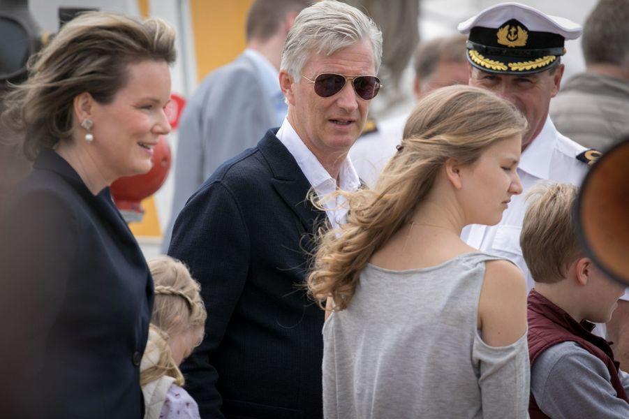 La reine Mathilde et le roi Philippe de Belgique avec la princesse Elisabeth à Ostende, le 1er juillet 2017