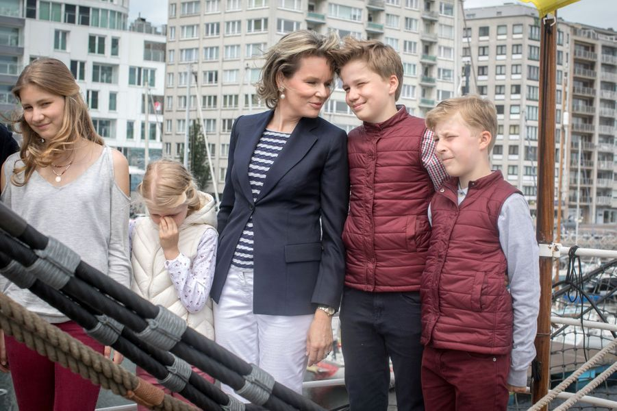 La reine Mathilde de Belgique avec ses enfants à Ostende, le 1er juillet 2017