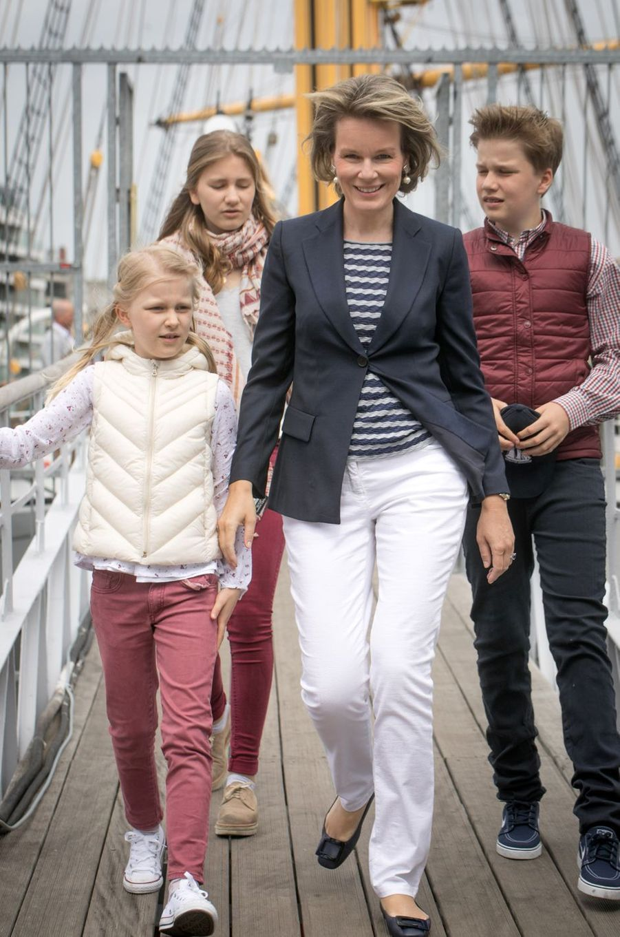La reine Mathilde de Belgique avec le prince Gabriel et les princesses Elisabeth et Eléonore à Ostende, le 1er juillet 2017