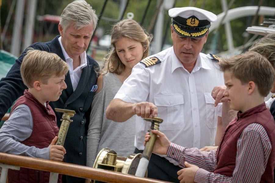 Le roi Philippe de Belgique avec les prince Gabriel et Emmanuel et la princesse Elisabeth à Ostende, le 1er juillet 2017
