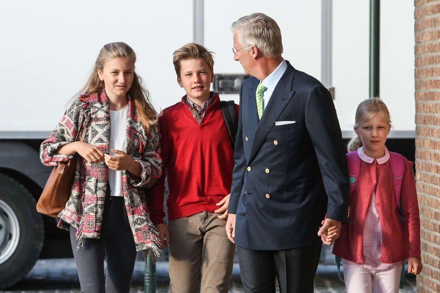 Le roi des Belges Philippe avec les princesses Elisabeth et Eléonore et le prince Gabriel à Bruxelles, le 1er septembre 2017