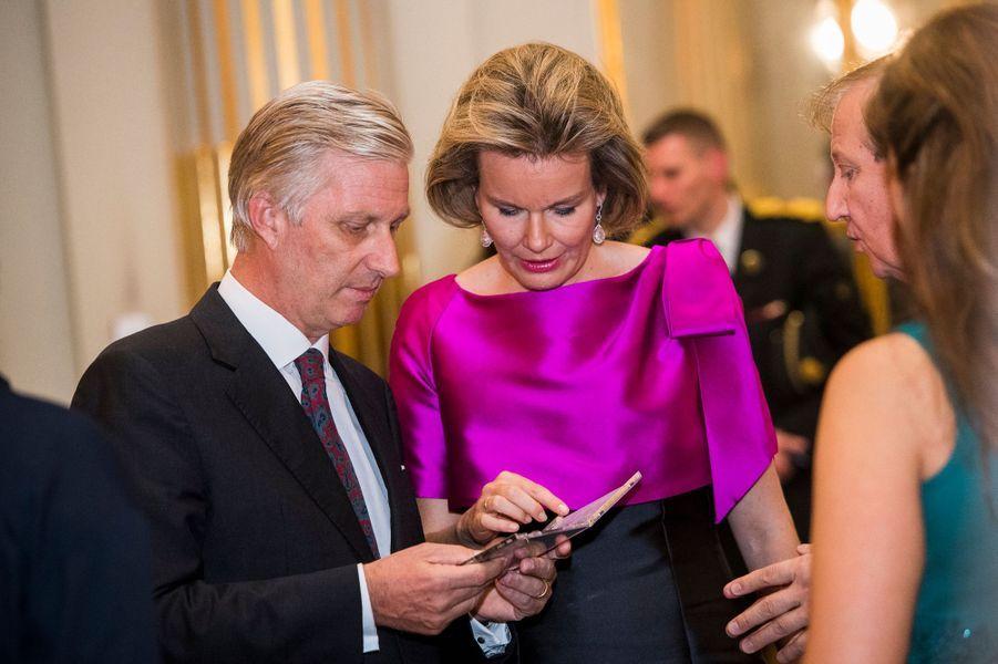 La reine Mathilde et le roi Philippe de Belgique avec les musiciens du concert d'automne à Bruxelles, le 19 octobre 2016