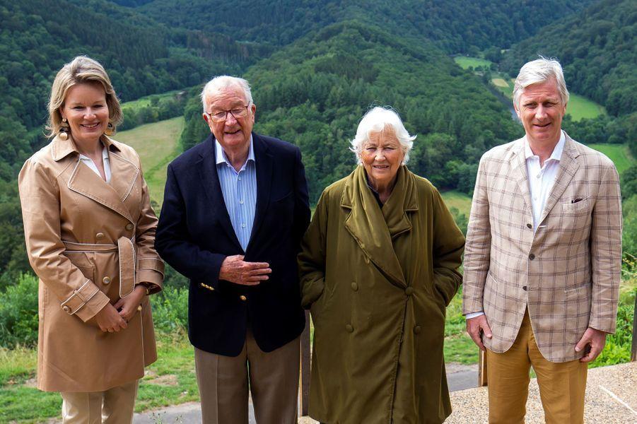 L'ex-reine Paola et l'ex-roi Albert II encadrés par la reine Mathilde et le roi des Belges Philippe à Botassart, le 28 juin 2020