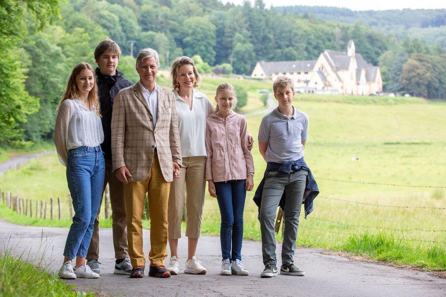 La reine Mathilde et le roi des Belges Philippe avec leurs enfants à Cordemois, le 28 juin 2020