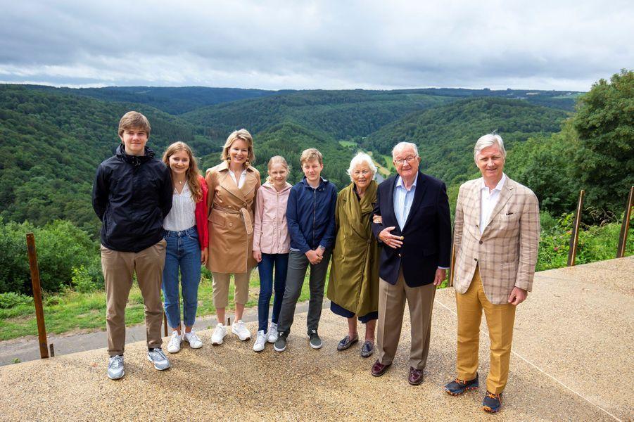 L'ex-reine Paola et l'ex-roi Albert II avec la reine Mathilde, le roi des Belges Philippe et leurs enfants à Botassart, le 28 juin 2020