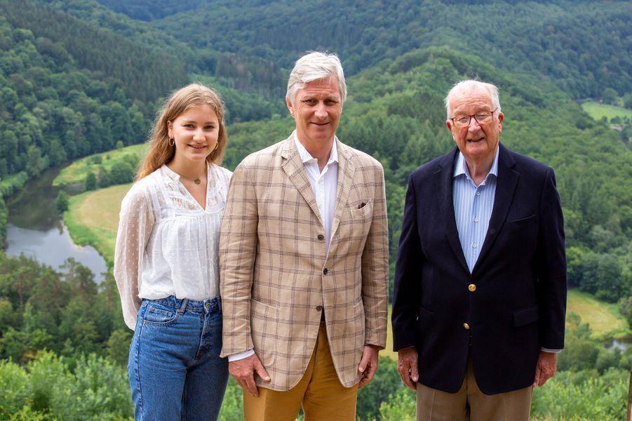 Le roi des Belges Philippe encadré par sa fille aînée, la princesse héritière Elisabeth, et son père, l'ex-roi Albert II à Botassart, le 28 juin 2020