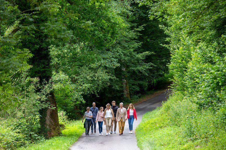 La reine Mathilde, le roi des Belges Philippe et leurs enfants en randonnée dans la province de Luxembourg, le 28 juin 2020
