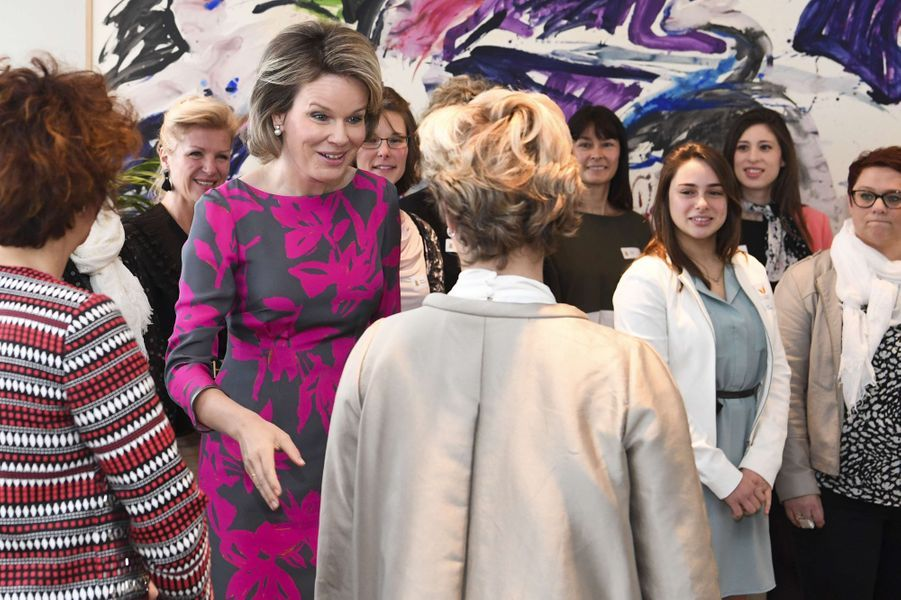 La reine Mathilde de Belgique avec des femmes de la province du Hainaut à Mons, le 7 mars 2017
