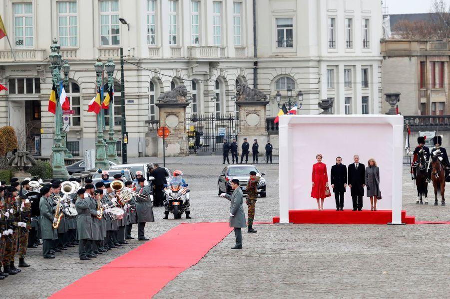 La reine Mathilde et le roi des Belges Philippe avec Emmanuel et Brigitte Macron, sur la place des Palais à Bruxelles le 19 novembre 2018