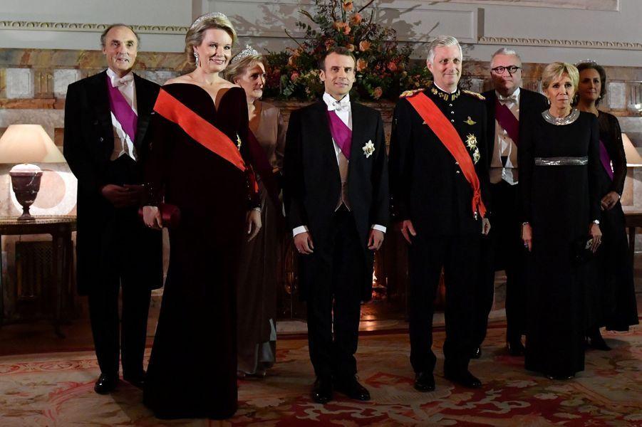 La reine Mathilde et le roi des Belges Philippe avec Emmanuel et Brigitte Macron, la princesse Astrid et le prince Laurent de Belgique et leurs conjoints, à Bruxelles le 19 novembre 2018