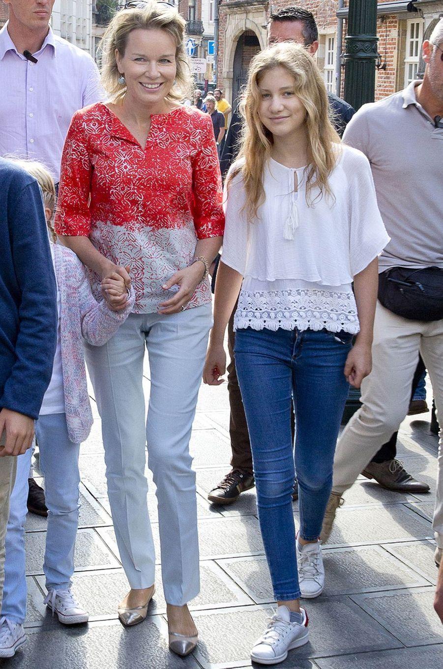 La reine Mathilde de Belgique et la princesse Elisabeth à Bruxelles, le 18 septembre 2016