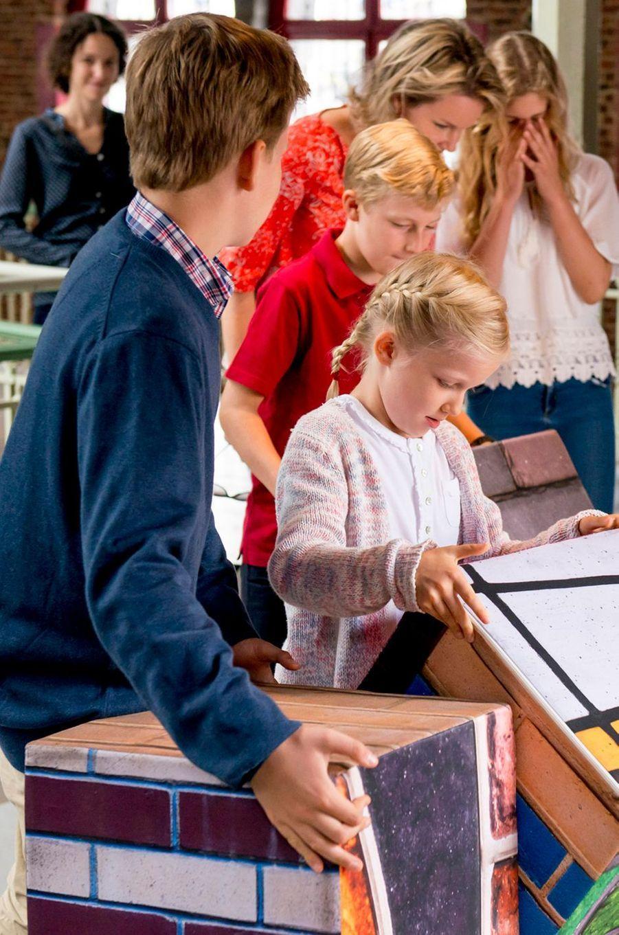 La reine Mathilde de Belgique et ses enfants à Bruxelles, le 18 septembre 2016