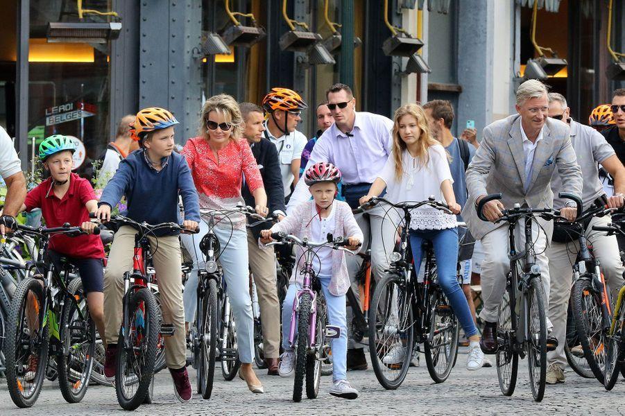 La reine Mathilde et le roi Philippe de Belgique avec leurs enfants à Bruxelles, le 18 septembre 2016
