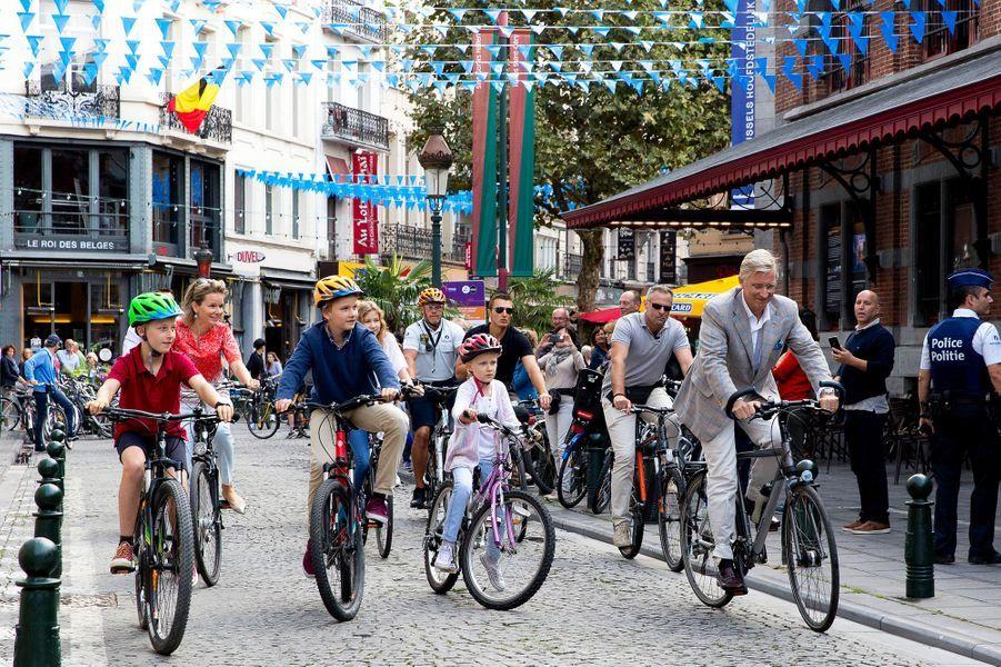 La reine Mathilde, le roi Philippe de Belgique et leurs enfants à vélo dans Bruxelles, le 18 septembre 2016