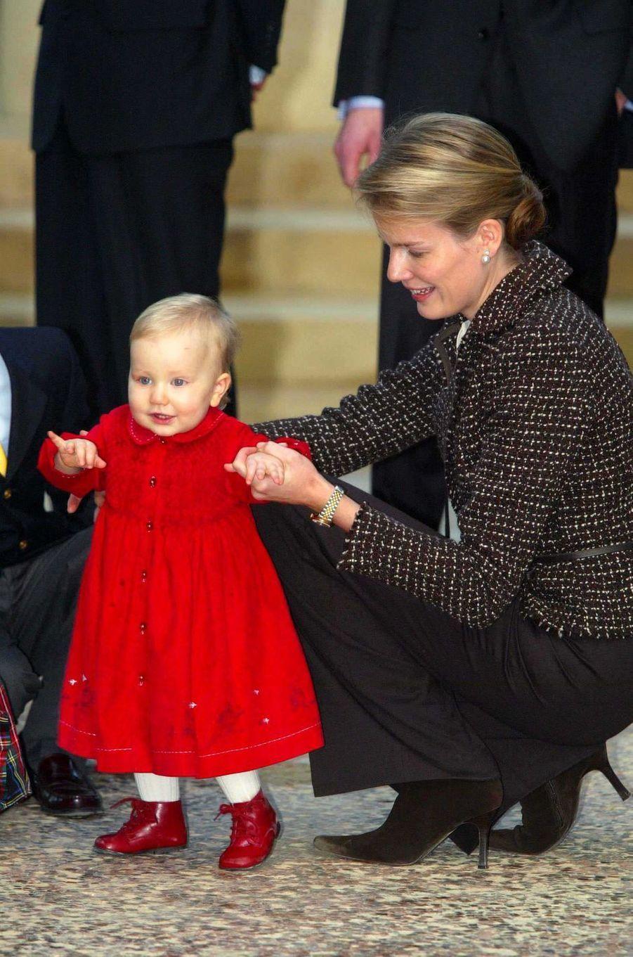 La princesse Elisabeth de Belgique avec la mère la princesse Mathilde, le 19 décembre 2002