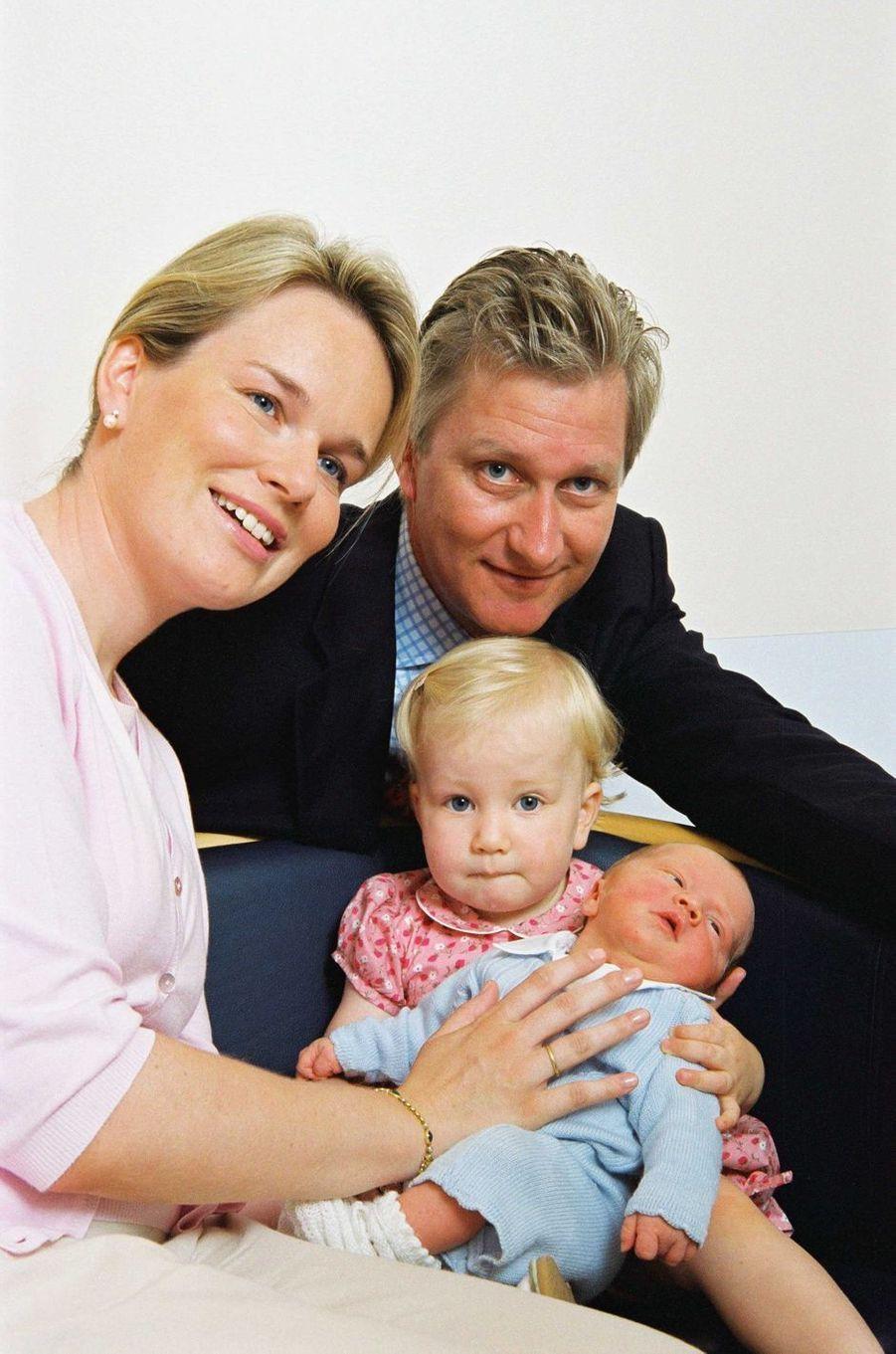 La princesse Elisabeth de Belgique avec ses parents et son frère le prince Gabriel, le 22 août 2003