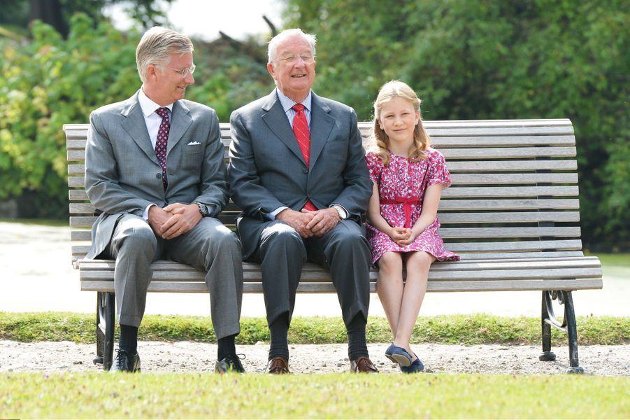 La princesse Elisabeth de Belgique avec son père le prince Philippe et son grand-père le roi des Belges Albert II, le 2 septembre 2012