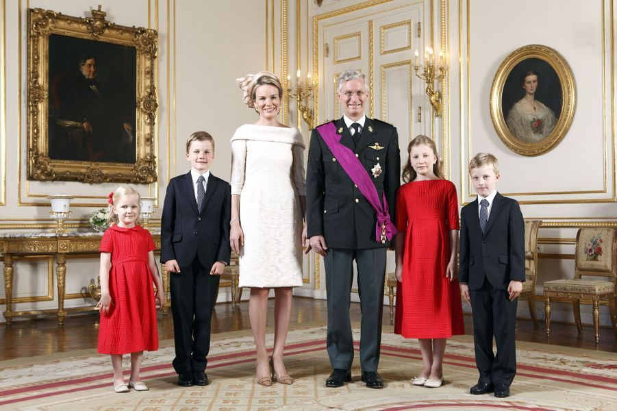 La princesse Elisabeth de Belgique avec ses parents, ses frères et sa sa soeur, le 21 juillet 2013, jour de l'intronisation du roi Philippe